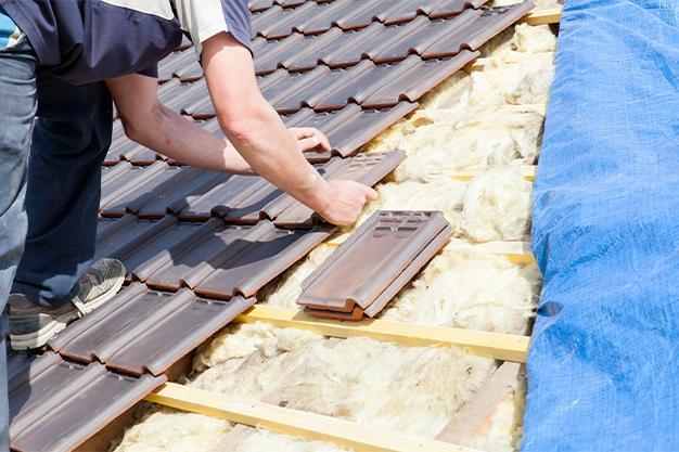 Artisan couvreur sur un toit